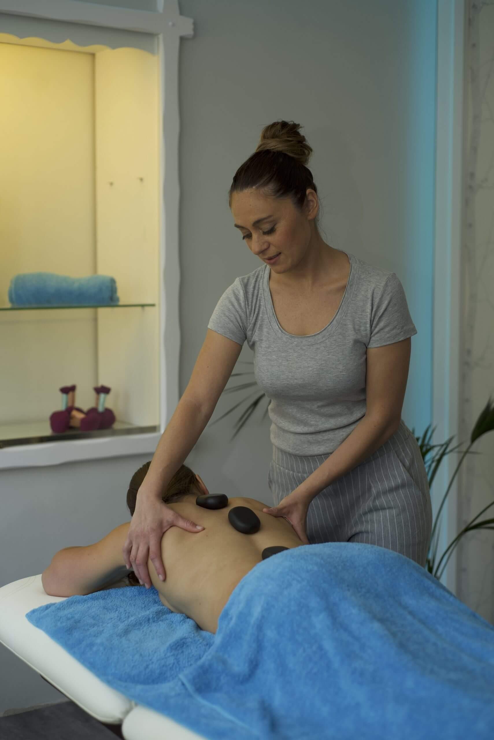 Sara bei der Hot Stone Massage