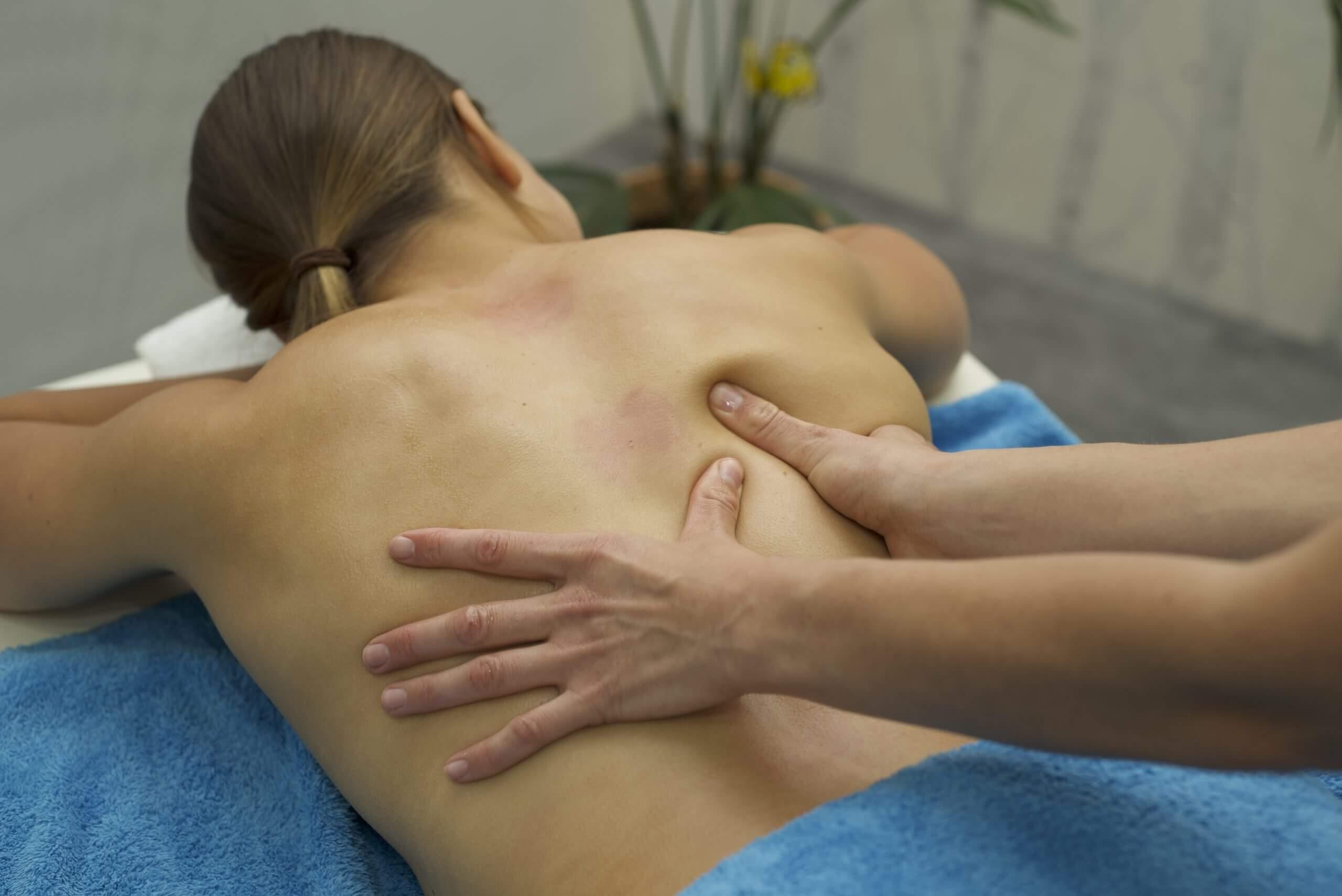Sara's geübte Handgriffe bei der Klassischen Massage