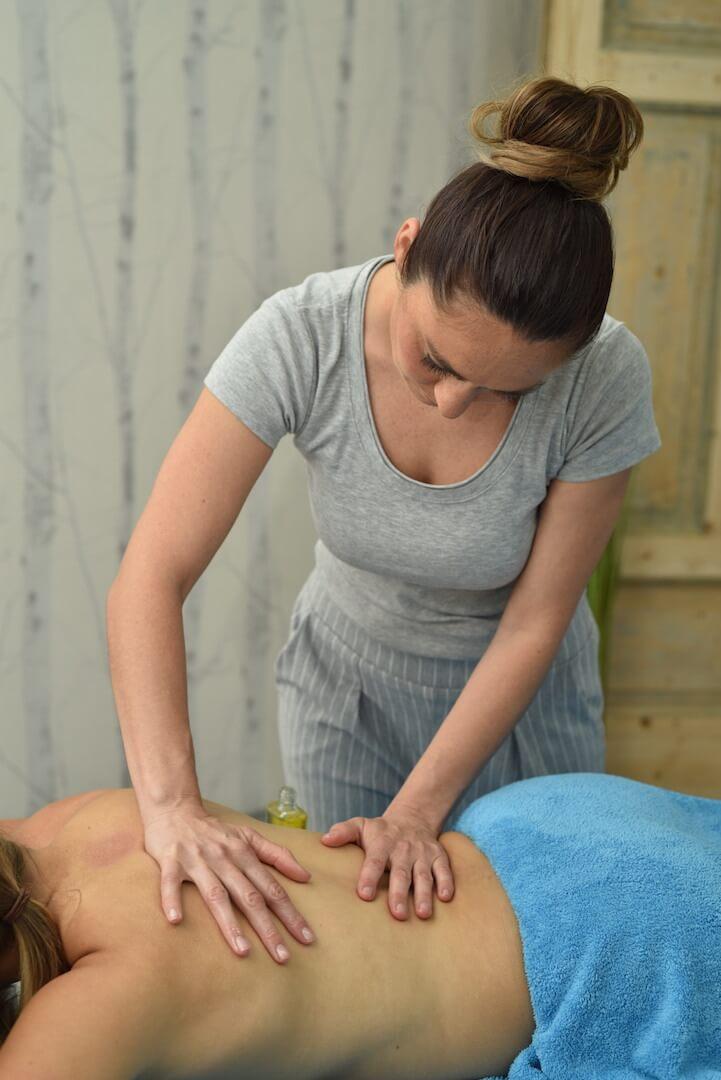 Sara massiert den Rücken bei der Klassischen Massage